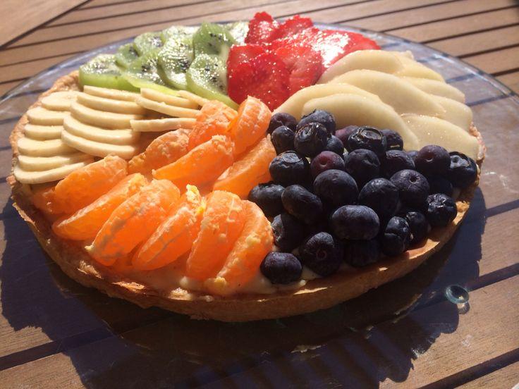 TARTE MULTI FRUITS  Base de pâte sucrée Crème pâtissière vanille Garnitures : clémentine, poire, kiwi, fraise, banane et myrtille