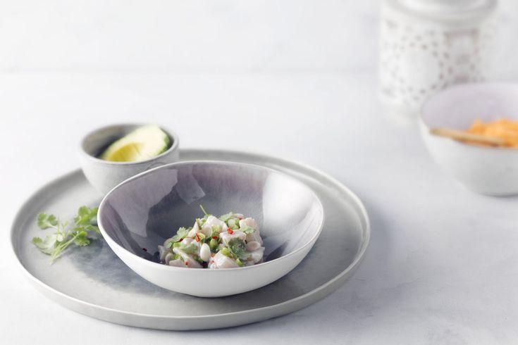 Ceviche clásico is een heerlijke rauwe visschotel van zeebaars uit Latijns-Amerika. Lekker in combinatie met avocado en zoete aardappelpuree.