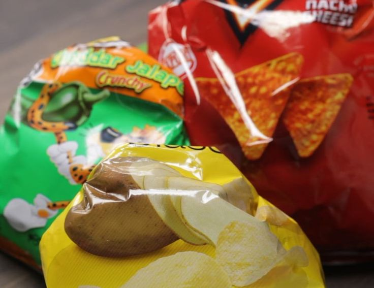 Sealing your favorite chip bag has never been easier! This kitchen hack is a fantastic way to keep your snacks fresh without a rubber band or chip-clip.