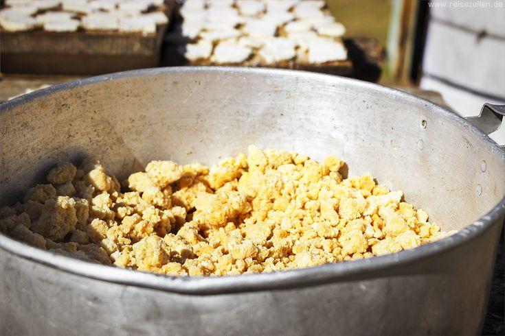 Eezgii - ein krümeliger Käse in der #Mongolei - Mehr über mongolisches Essen auf Reisezeilen #Mongolia #travel