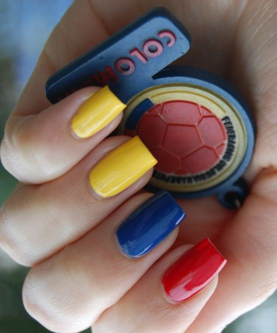 uñas decoradas con los colores de la bandera de Colombia