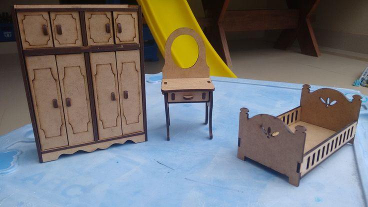 Quarto Casal Mini <br>Para compor sua casa de boneca! Ou para brincar. <br>Em MDF cortado a laser, com portas que abrem. <br>Contém três peças: <br>cama casal 7x6x13 <br>penteadeira 6,5x6x14 <br>guarda-roupa 16x12x4