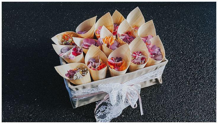 Streublüten für eine Hochzeit in elegantem Vintage Stil. Die Papierhütchen wurden mit Blüten gefüllt und an die Gäste verteilt, damit diese sie nach der Trauung oder vor der Feier streuen konnten. www.annatews.de