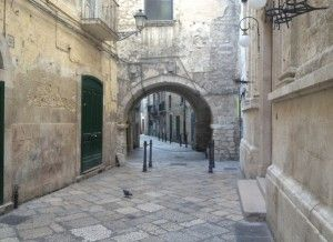 Welcome to Bari vecchia, are you ready for the truest soul of Puglia? Let's go playing around the corner!