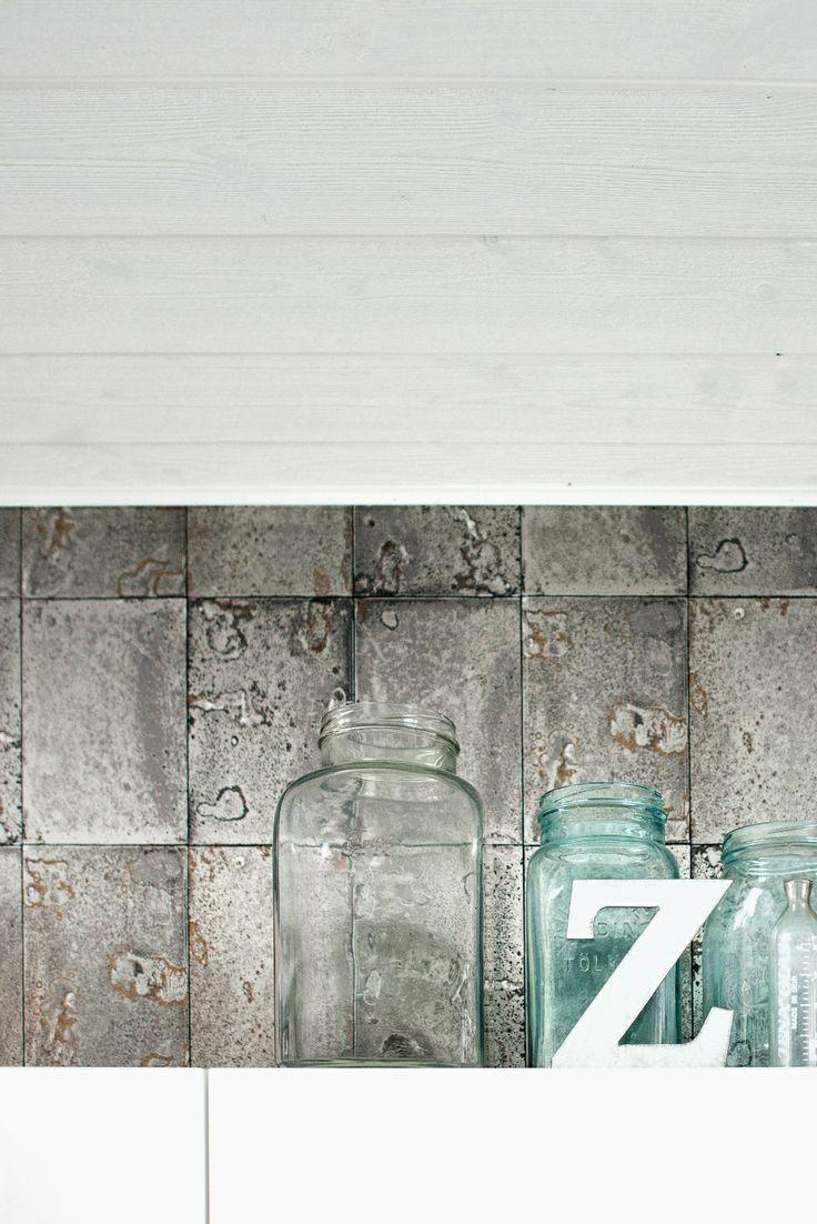 Struktuuripaneelia ja laattajäljitelmä tapettia. Lue lisää http://www.siparila.fi/tuotteet/fin/struktuuripaneeli_145_mm_valkoinen-p-1491-13/