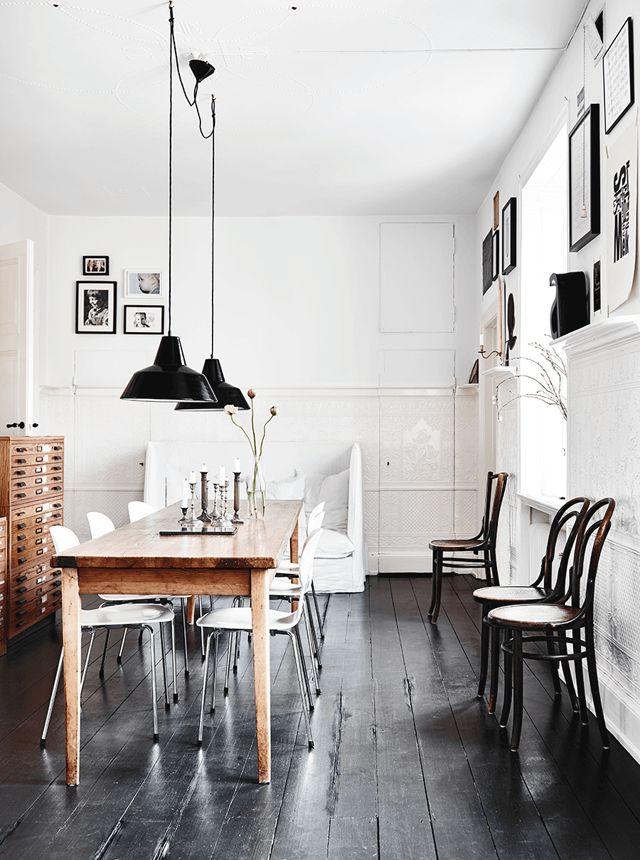 Comedor de estilo moderno y urbano decorado con #tarima de #madera #oscura. #homedesigne #decoración #diseño #hogar