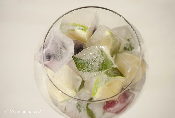 Cubos de hielo con sabores y frutas / Ice cubes with flavours and fruits perfect for lemonade or GinTonics #icecube #summer