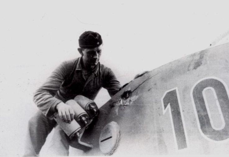 Alfred Rubbel из Panzer-Abteilung 503 осматривает отметину на своем тигре.