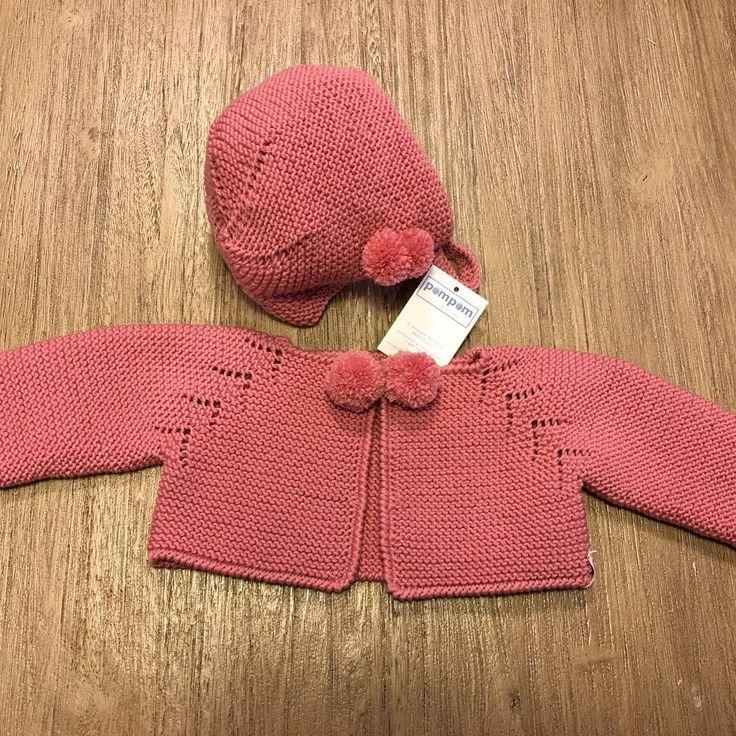 """54 Me gusta, 2 comentarios - Pompom Burgos (@pompomburgos) en Instagram: """"Conjunto rosa chaqueta y capota con pompones. #hechoamano #masmodelos #mascolores #hechopormiparati…"""""""