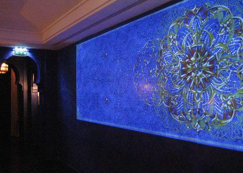 Projection numérique et installation de deux murs miroirs de 5 écrans à La Mamounia. Par Dalcans