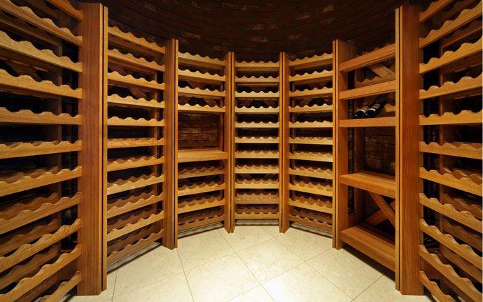 尼崎の家 円形のワインセラーのある家