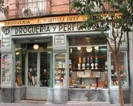 Fachadas antiguos comercios, de todo tipo: mercerías, farmacias, peluquerías, tintorerías, ultramarinos, etc