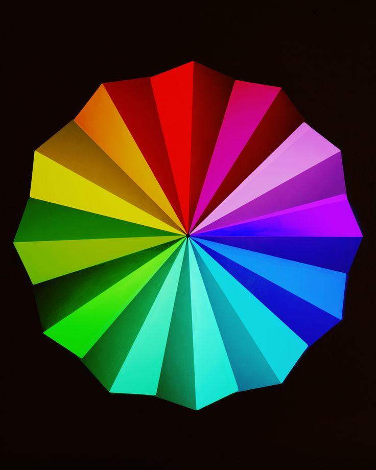 jessicaeaton: • • • Additivo colori ruota in 12 parti: swatches mescolati a porte chiuse mediante filtrazione delle primarie rosso verde e blu, vernice a base triangolare Pyramid 9% Grigio 2012