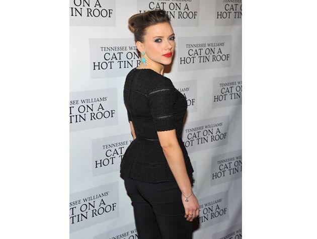 Scarlett Johansson en un joli t-shirt noir en maille très élégant qui marque sa taille.