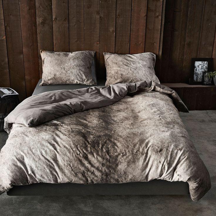 Essenza Flanell Bettwäsche Duca grey in warmer Baumwolle. Kuschelig weich überzeugt die Winterbettwäsche mit einem trendigen Fotodruck. Die Rücklseite der flauschig warmen Garnitur ist in Uni gehalten. www.bettwaren-shop.de