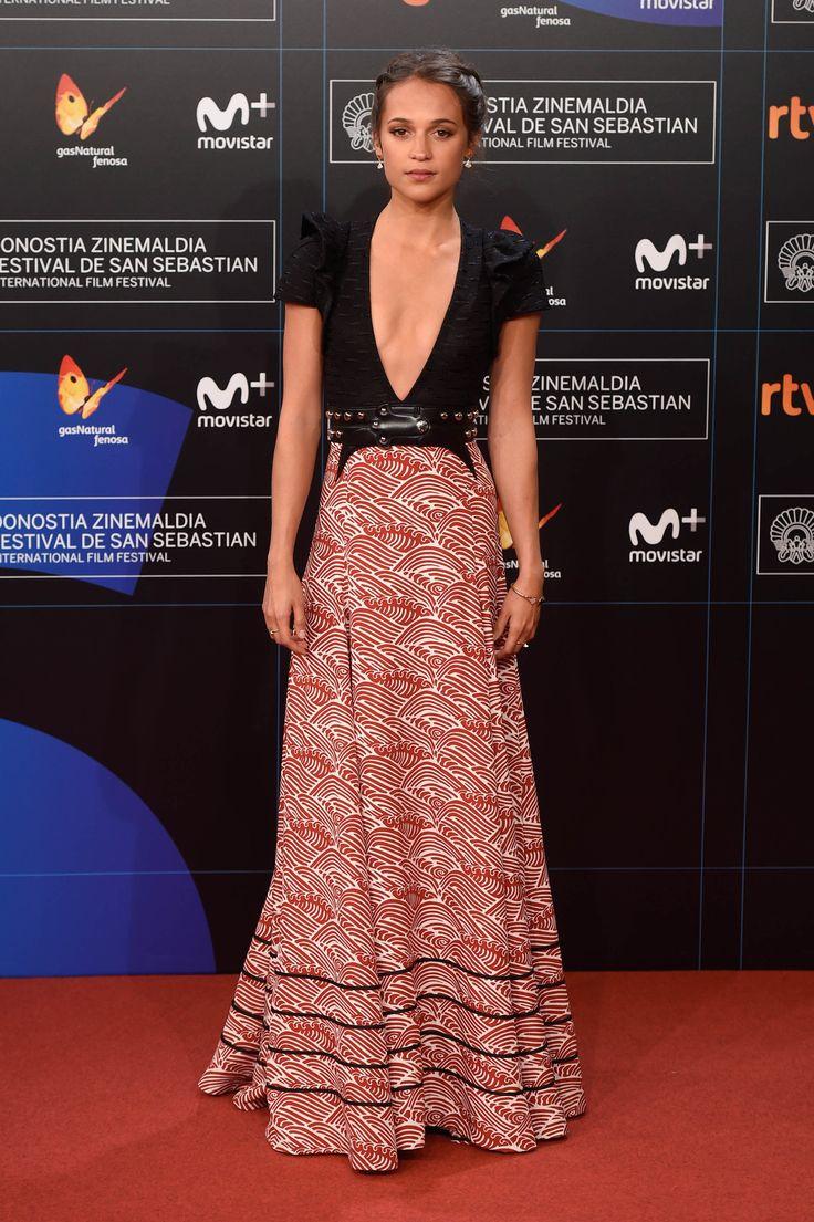 festival de cine de san sebastian alfombra roja Alicia vikander de Louis Vuitton - vestido simulando falda estampado en blanco&rojo - top en negro