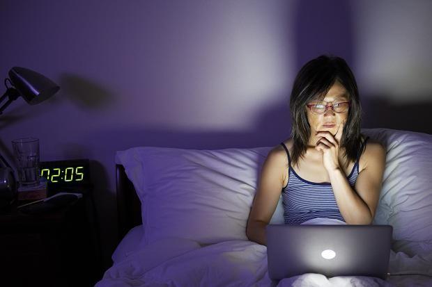 Berapa banyak waktu Anda habiskan di tempat tidur Anda? Jika berpikir dengan hati-hati, mungkin akan menyadari bahwa Anda telah menghabiskan lebih banyak waktu berbaring di atas tempat tidur dari yang Anda seharusnya. Banyak orang membaca di tempat tidur atau menonton TV di tempat tidur. Berkat laptop ringan, orang bahkan dapat memilih untuk berkomunikasi melalui Skype