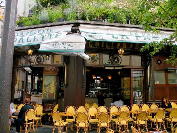 La Palette is one of the oldest but most typical French restaurants, adorned by grand paintings.