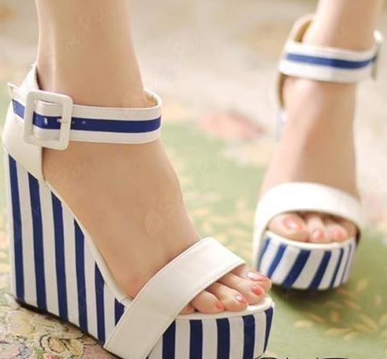 Mavi beyaz çizgili dolgu topuk ayakkabı