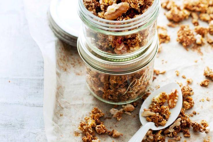 In de yoghurt, door wat partjes fruit, of gewoon zo uit de hand: deze hartige granola smaakt altijd goed! - Recept - Allerhande