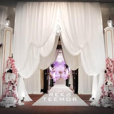 Entrance / pelamin drapery.  Note: To have it in ivory and gold.