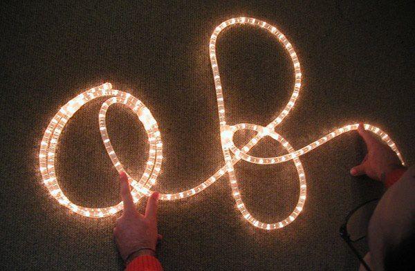 Il progetto NatalecoiBambini si svolge in più tempi. Prima i bambini a scuola esprimono attraverso il disegno la loro idea del Natale, poi i disegni schematizzati al computer vengono trasformati in luminarie natalizie con la partecipazione dell'intera comunità