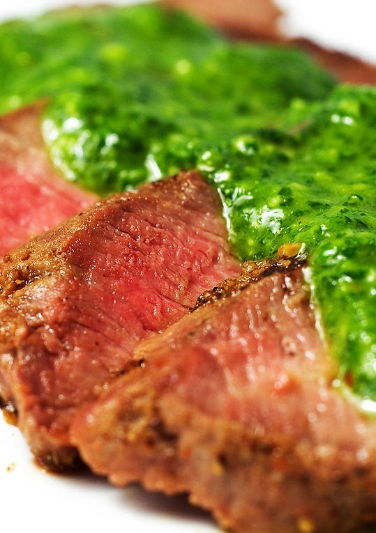 La salsa chimichurri tiene la cualidad de realzar el sabor de la carne lo cual la hace perfecta para acompañar tus asados.