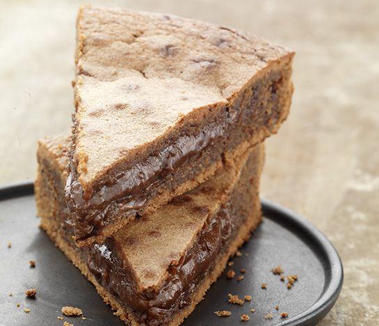 Préchauffez votre four Th.6/7 (200°C). Dans une casserole, faites fondre le chocolat et le beurre coupé en morceaux à feu très doux. Dans un saladier, ajoutez le sucre, les œufs, la farine et le chocolat. Mélangez bien. Beurrez et farinez votre moule et versez la pâte à gâteau. Faites cuire au four environ10 à 11minutes . A la sortie du four le gâteau ne paraît pas assez cuit. C'est normal, laissez-le refroidir puis démoulez- le.