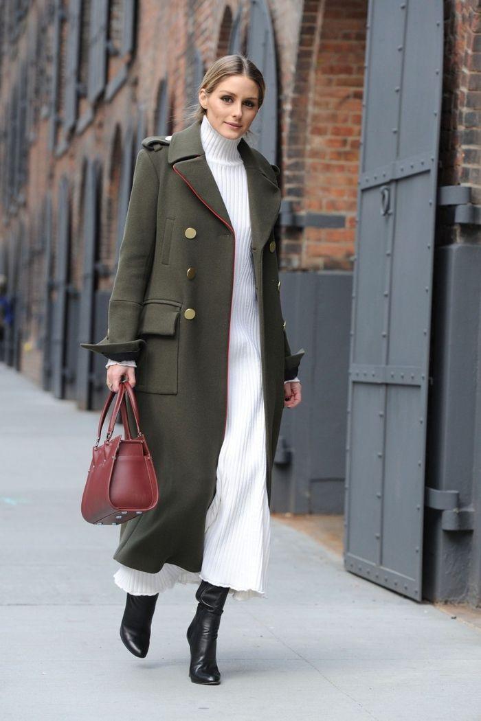 387b04087399d un manteau long femme de style militaire porté avec une maxi robe à col  montant et des bottes noires en cuir pour une silhouette allongée et  féminine