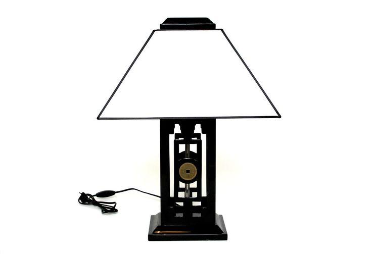 Die Tischlampe mit asiatischen Zeichen ist ein wahres Kunstwerk, welches durch handwerkliches Können und Präzision in der Anfertigung entstanden ist. Phantasievoll und mit Liebe zum Detail gestaltet, erstrahlt diese Lichtquelle in einer außergewöhnlichen Eleganz und verleiht zudem noch romantische Schönheit. Die Kombination aus lackiertem Lampenfuß und dem edlen Lampenschirm aus Stoff, der Dank der abgesetzten schwarzen Kanten enorm an Eleganz gewinnt, ist ein Gedicht der Designerkunst…
