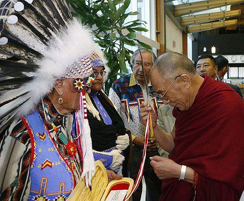 Ковбойская шляпа и индейское перо в подарок Далай-ламе » Сохраним Тибет! | Тибет, Далай-лама, буддизм