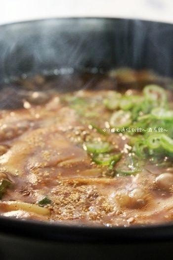 冬料理の楽しみと言えばこれ♡ 味噌煮込みうどんで暖をとろう | キナリノ カレーと味噌というなかなか上級者向け(!?)の煮込みうどん。