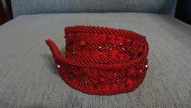 Cinto vermelho com bordados geométricos em vidrilhos, missangas e chatons no tom do tecido