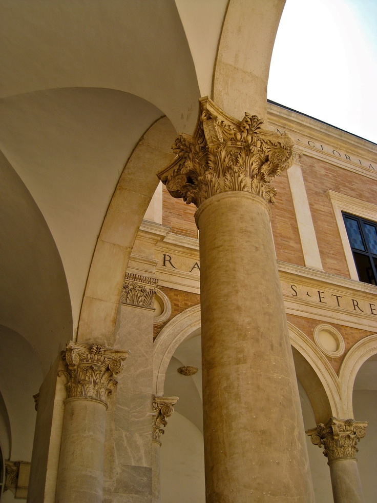 Ducal Palace, Urbino (Pesaro), Italy. Begun around the mid-XV c.; architects: Maso di Bartolomeo, Luciano Laurana and others. Donato Bramante, who was a native of the area, might have contributed too. Composite Order columns in the main courtyard.