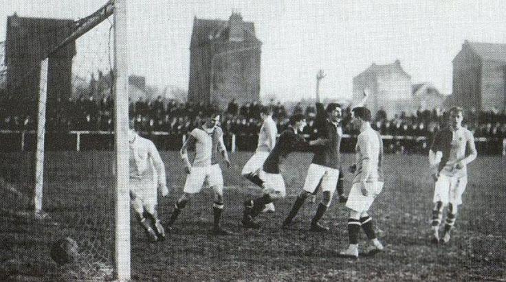 Una escena de un partido entre FC Rouen Vs Le Havre AC en 1910