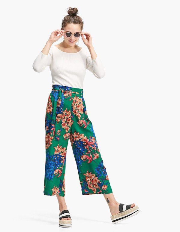 Catálogo Stradivarius Primavera Verano 2018 pantalón verde y floreado 4a3e064cd8f3