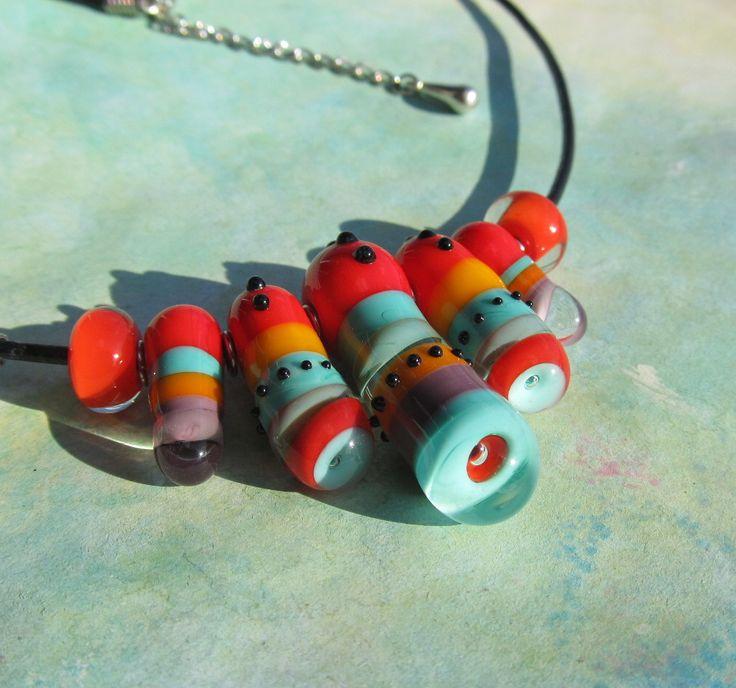 Indiánské+kousky+podruhé...náhrdelník+Náhrdelník+tvoří+sedm+autorských+vinutek+převážně+v+barvě+červené+a+tyrkysové.+Středová+vinutka+je+36+mm+dlouhá.