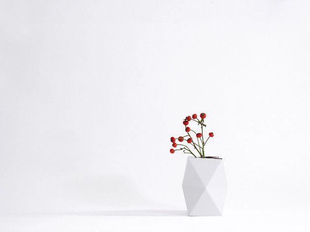 Geometrische Vase SNUG.VASE niedrig / weiß  Eine Vase aus Karton!  Die Vase SNUG.VASE lässt sich ganz einfach aus einem vorgefalzten Bogen in die richtige Form falten und zusammenstecken. In...