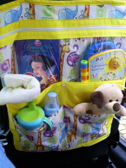 Lindo e prático organizador para carro,com quatro bolsos, para colocar na parte de trás do banco do passageiro organizando e facilitando todos os itens (brinquedos, copo, mamadeira, squeeze, manta, etc) do seu bebê/criança. <br> <br>*** Não inclui itens que estão compondo a foto como brinquedos, mamadeiras, etc.***