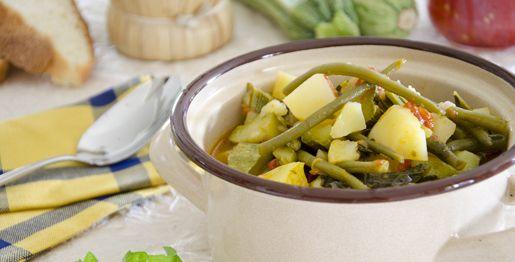 La ciambotta di verdure è uno stufato tipico dell'Irpinia preparato con patate, zucchine, pomodori e fagiolini freschi bianchi e verdi.