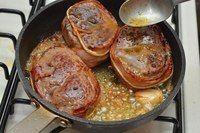 Ингредиенты: 3 говяжих медальона, 3-4 полоски бекона, 1 луковица,1 зубчик чеснока, 20 гр сливочного несолёного масла, оливковое масло, соль, чёрный свежемолотый перец,верёвка. Приготовление: 1. Сле…