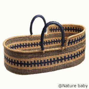 NZのオーガニックベビー用品ブランドNature babyの赤ちゃん用バスケットです。 これまでにもバスケットは販売されていましたが、今回のは模様がかわいくていいですね。こちらはオールハンドメイドで、アフリカのガーナとのフェアトレードプロジェクトとして作られた製品です。日中、赤ちゃんをベッドルームからリビングルームへ移動させたり、お昼寝させたりする時に活用します。エレファントグラスという植物をビーワックスで固めているそうなので、意外と丈夫そうです。 個人輸入をご検討の際は、弊社にお問合せください。 http://cargts.com/script/mailform/daikou/