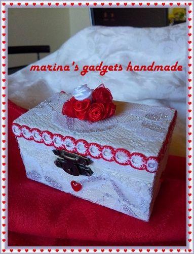 scatolina in legno dipinta e rivestita in pizzo, roselline create con nastrini, passamaneria e cuoricini applicati.