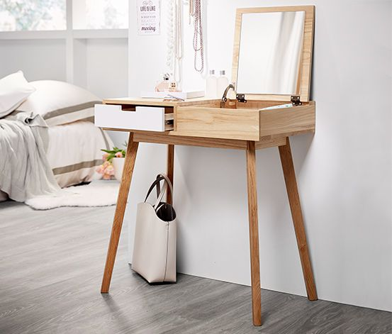 679,00 zł Konsola-toaletka z litego drewna paulownia nie zajmuje wiele miejsca. Dzięki klapce z lusterkiem i szufladzie można w niej schować przybory do makijażu, biżuterię i inne dodatki.