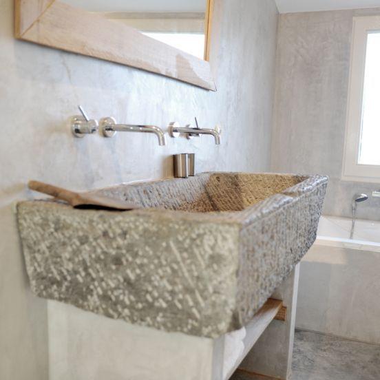 Slegers Natuursteen, Keuken en Bad. Voorbeeld toepassing natuursteen trog in een badkamer. Dit is een antieke trog van graniet, dus elke trog heeft weer een andere afmeting en vorm.