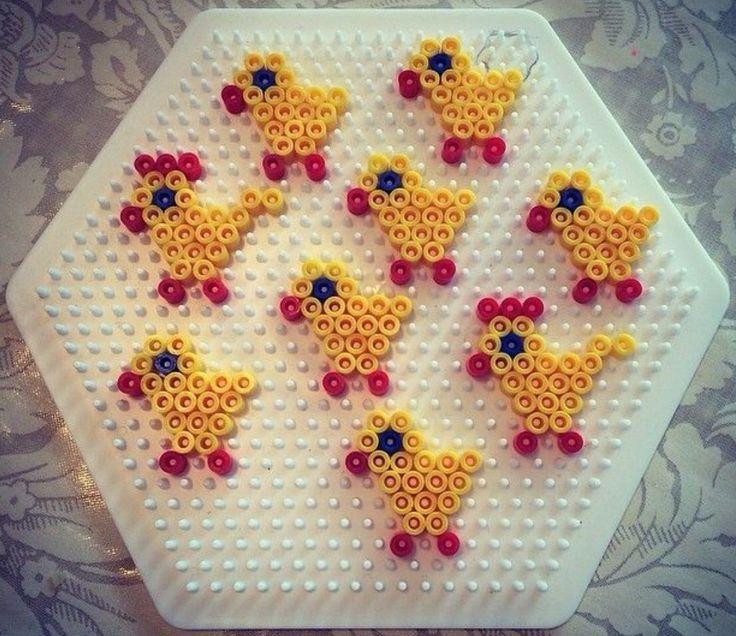 Kinderactiviteit met strijkkralen voor Pasen.