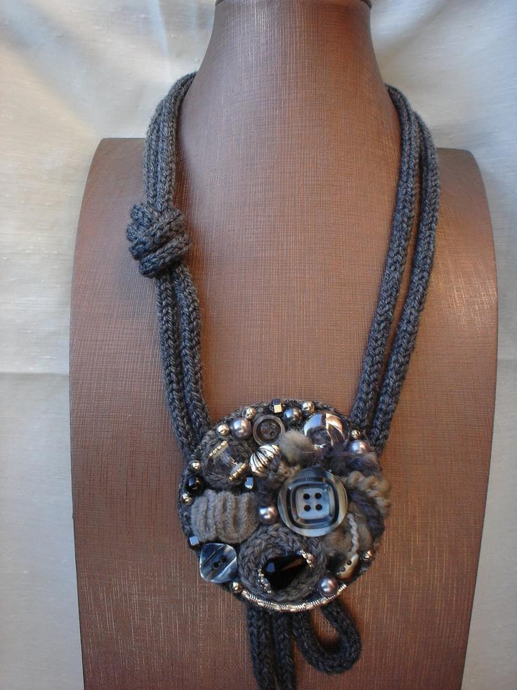Collana in tricotin con base in lana cotta e decorazioni in pura lana, pietre dure naturali,bottoni ed elementi di bigiotteria.. €52,00, via Etsy.