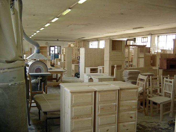 Hotový nábytek čekající na finální úpravy