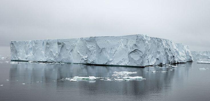 Icebergs gigantes de hielo Iceberg tabular cerca de Brown Bluff en la Península Tabarin. Qué es un iceberg?  La palabra iceberg un extranjerismo que ha pasado al castellano sin cambiar su grafía no procede del inglés. Aunque todo indica que podría ser así (ya que ice significa hielo en inglés) en realidad proviene del neerlandés ijsberg que quiere decir montaña de hielo).  Un iceberg (o témpano) es un bloque de hielo continental que por alguna causa se ha separado y finalmente acaba yendo a…