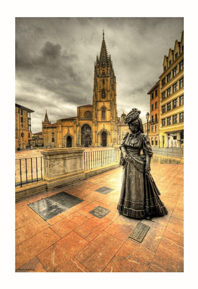 """Hay veces en que una ciudad queda atrapada para siempre en un libro. Así, Oviedo, en palabras de Juan Cueto, ha terminado por parecerse a Vetusta.  """"Vetusta, la muy noble y leal ciudad, corte en lejano siglo, hacía la digestión del cocido y de la olla podrida, y descansaba oyendo entre sueños el monótono y familiar  zumbido de la campana de coro, que retumbaba allá en lo alto de la esbelta torre en la Santa Basílica.""""   (LA REGENTA, de Leopoldo Alas Clarín)  Foto de Nacho Zurutuza"""